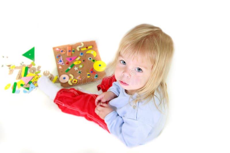Spielen des Kleinkindmädchens lizenzfreie stockbilder