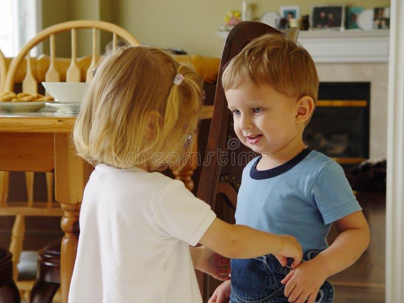 Spielen des Mädchens und des Jungen stockfoto