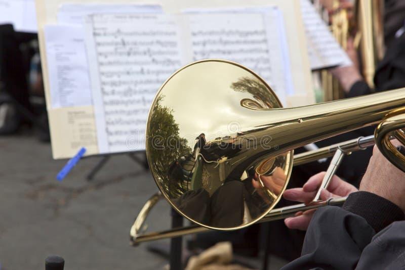 Spielen des PlättchenTrombone stockfotos