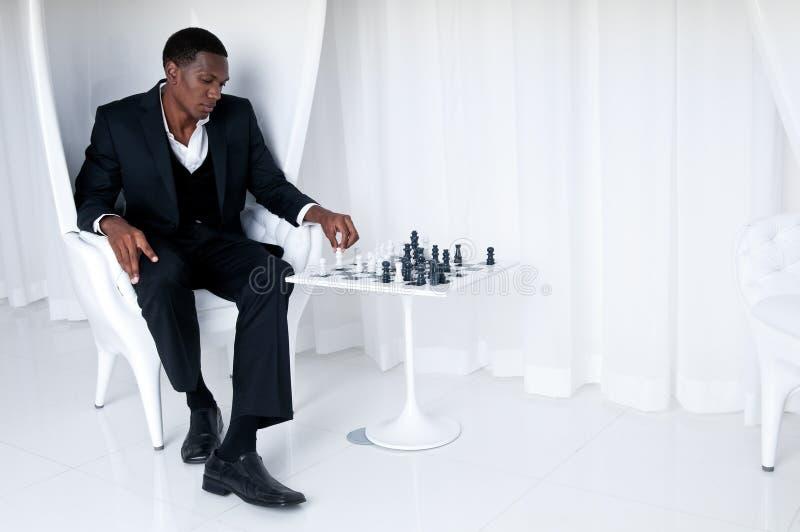 Spielen des Schachs lizenzfreie stockfotos