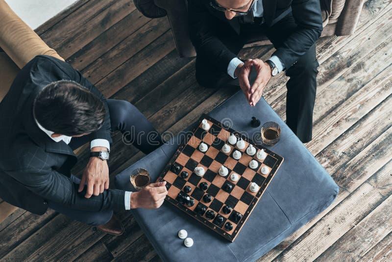 Spielen des Schachs stockbilder