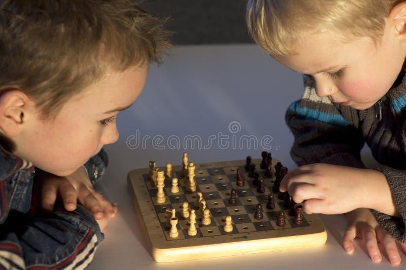 Spielen des Schachs stockfoto
