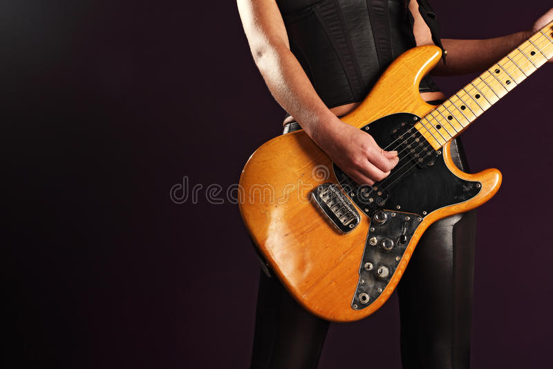 Spielen einer elektrischen Gitarre lizenzfreies stockbild