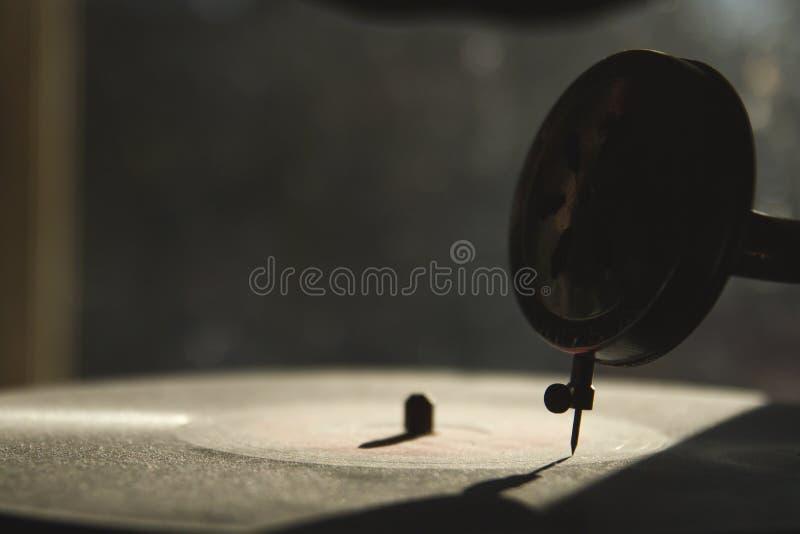 Spielen eines Vinyls stockfoto