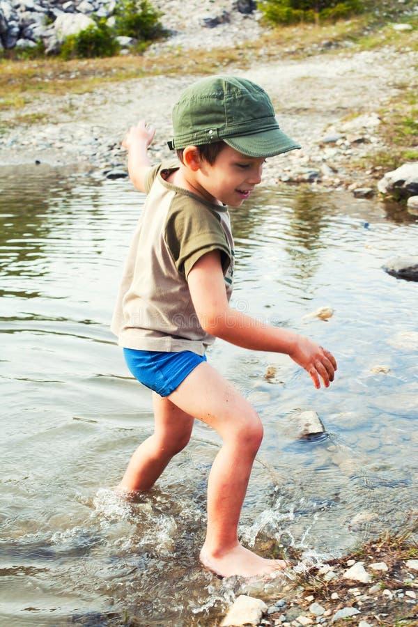 Spielen im Flusswasser lizenzfreies stockbild