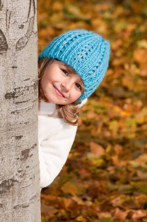 Spielen im Herbstpark lizenzfreie stockfotografie