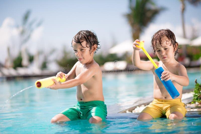 Spielen im Pool lizenzfreies stockbild