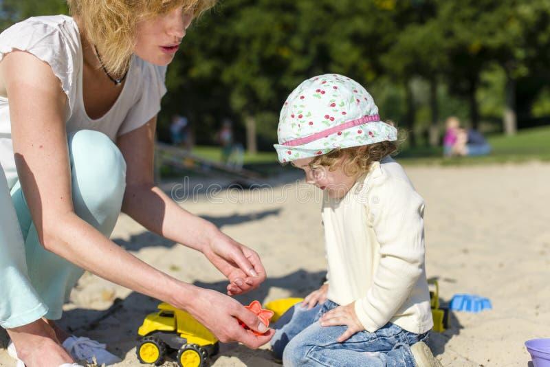 Spielen im Sandkasten lizenzfreies stockfoto