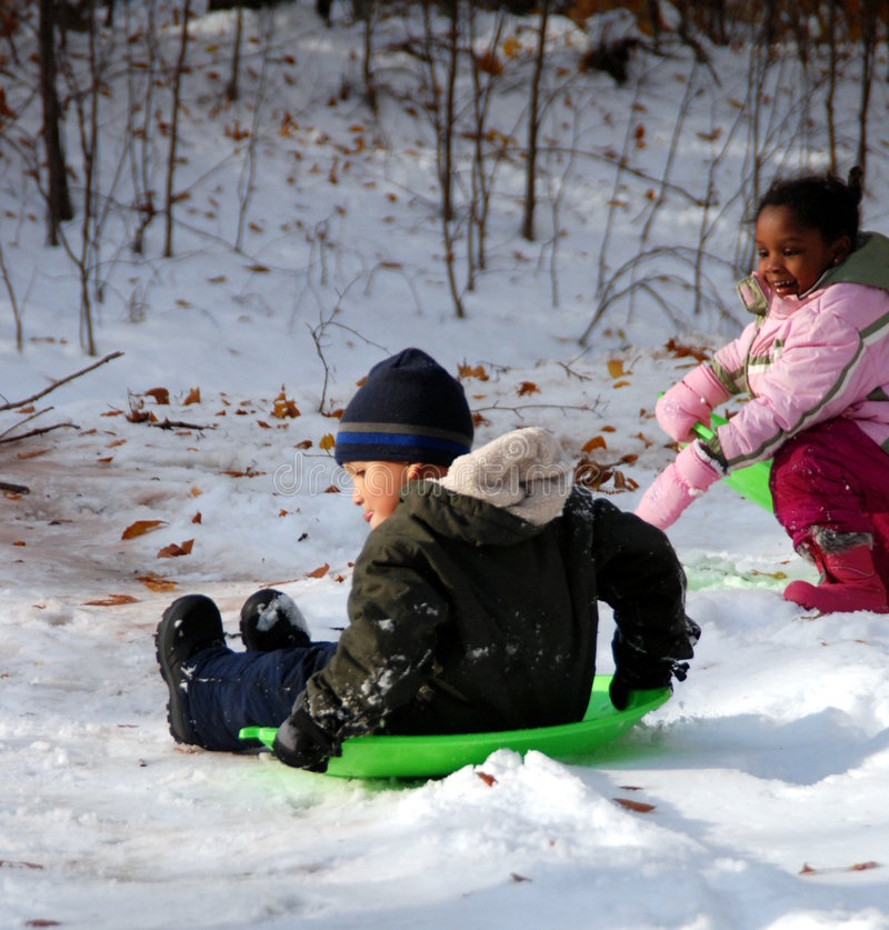 Spielen im Schnee lizenzfreie stockfotografie