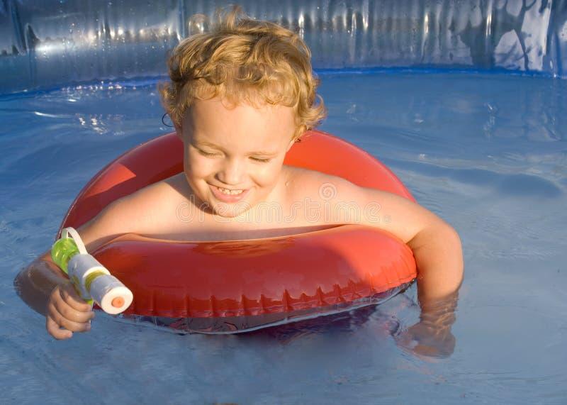 Spielen im Wasser stockbilder