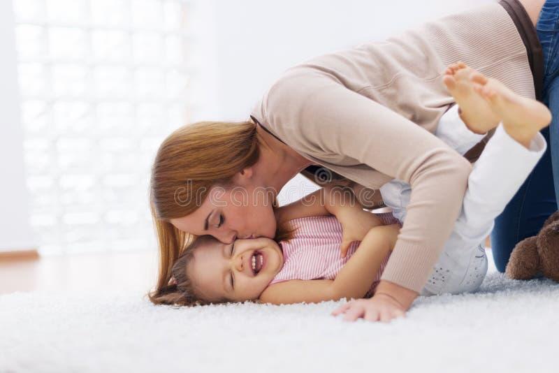 Spielen mit Baby lizenzfreie stockbilder