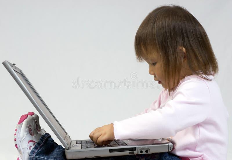 Spielen mit dem Laptop lizenzfreies stockfoto