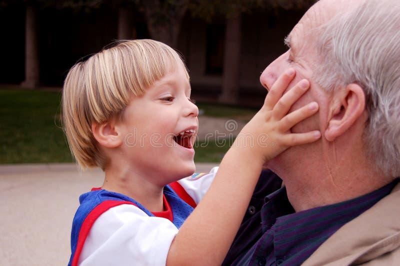 Spielen mit Großvater lizenzfreie stockfotos