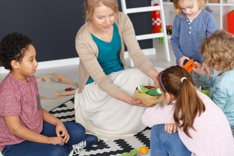 Spielen mit Kindern stockfoto