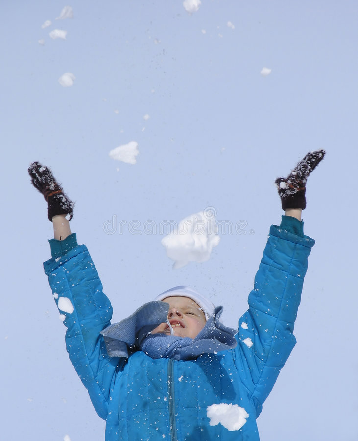Spielen mit Schnee lizenzfreie stockbilder