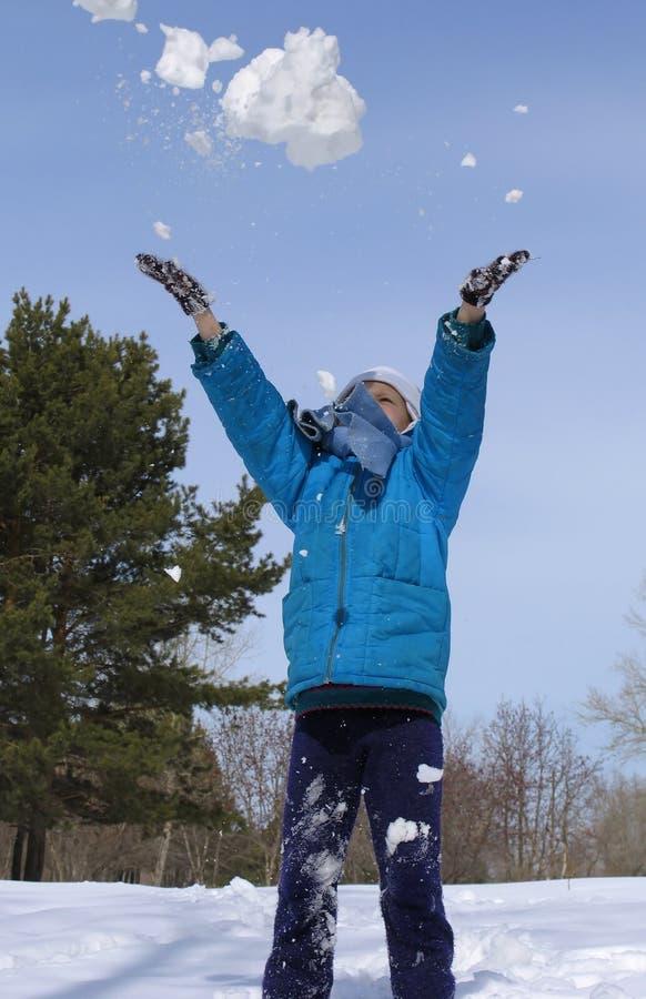 Spielen mit Schnee lizenzfreie stockfotos