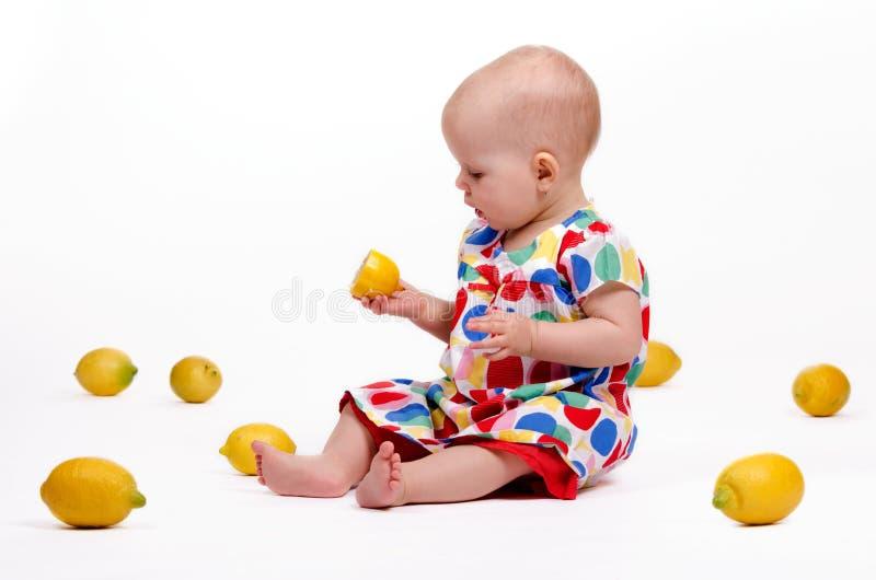Spielen mit Zitronen lizenzfreies stockfoto