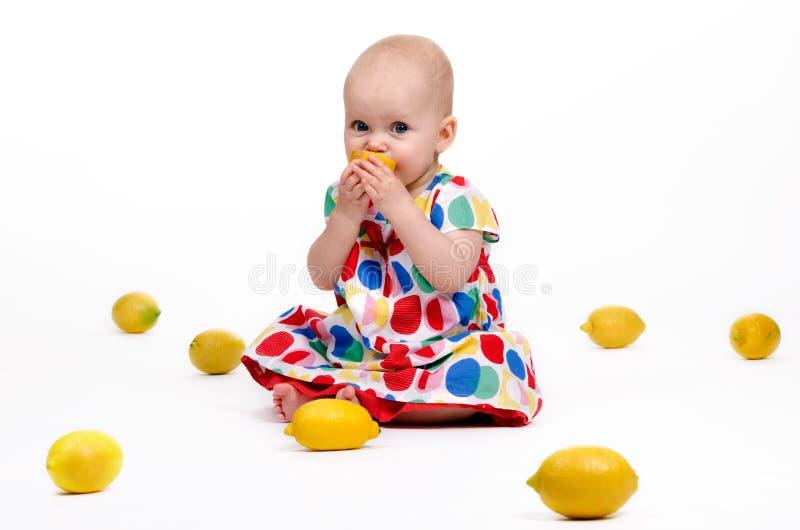 Spielen mit Zitronen stockfoto