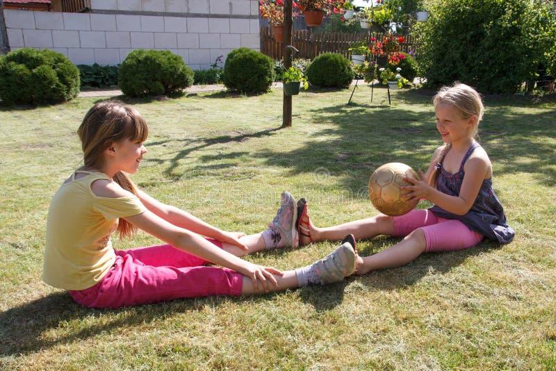 Spielen mit zwei kleinen Mädchen lizenzfreie stockfotografie