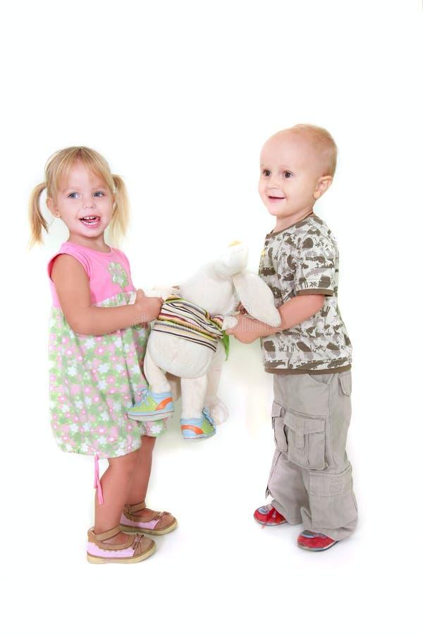 Spielen mit zwei Kleinkindern lizenzfreie stockbilder