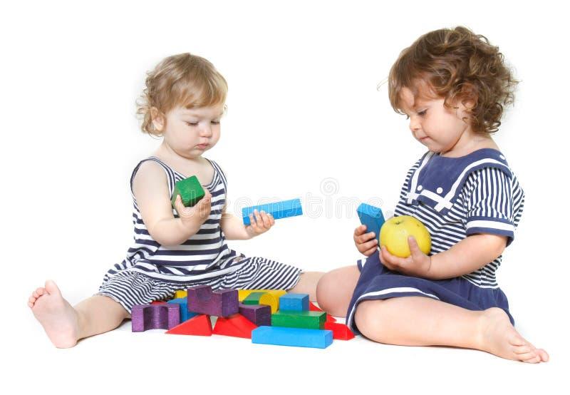 Spielen mit zwei nettes Kleinkindmädchen lizenzfreie stockbilder