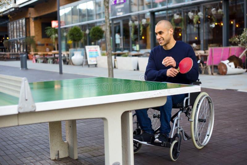 Spielen in seinem Rollstuhl lizenzfreies stockfoto