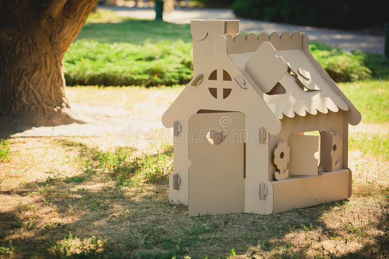 spielen sie das haus das von wellpappe im stadtpark gemacht wird stockbild bild von papier. Black Bedroom Furniture Sets. Home Design Ideas