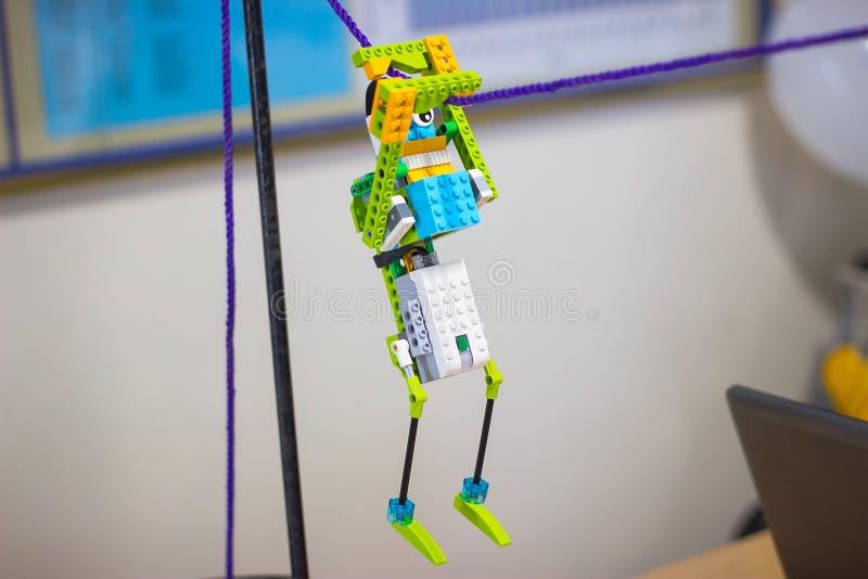 Spielen Sie den Roboter, der von den bunten Plastikblöcken des Spielzeugs hergestellt wird lizenzfreie stockfotografie