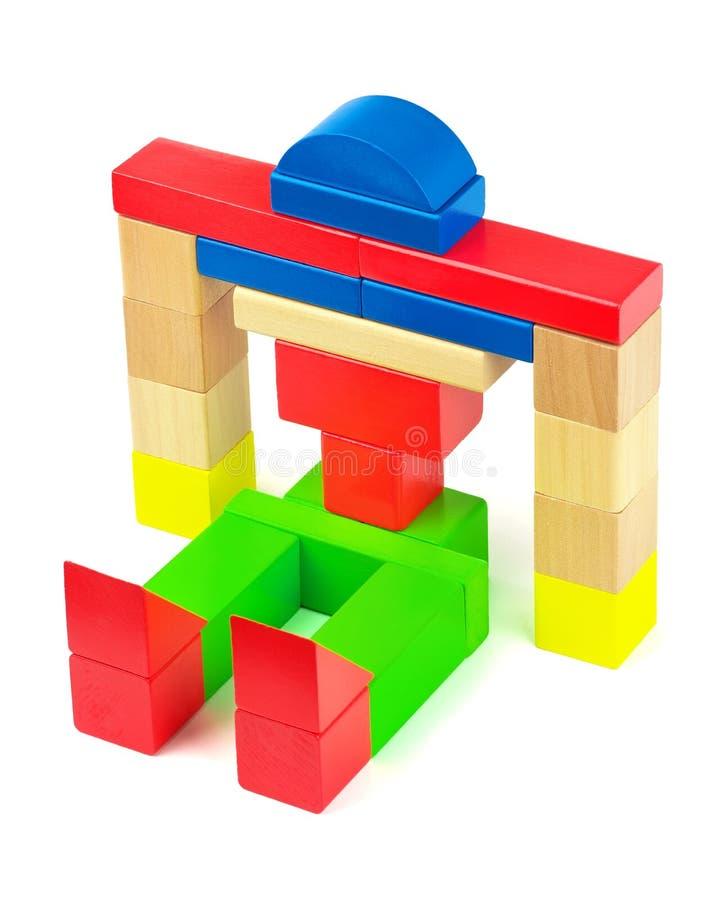 Spielen Sie den Roboter, der von den bunten Ziegelsteinen des hölzernen Spielzeugs hergestellt wird stockfoto