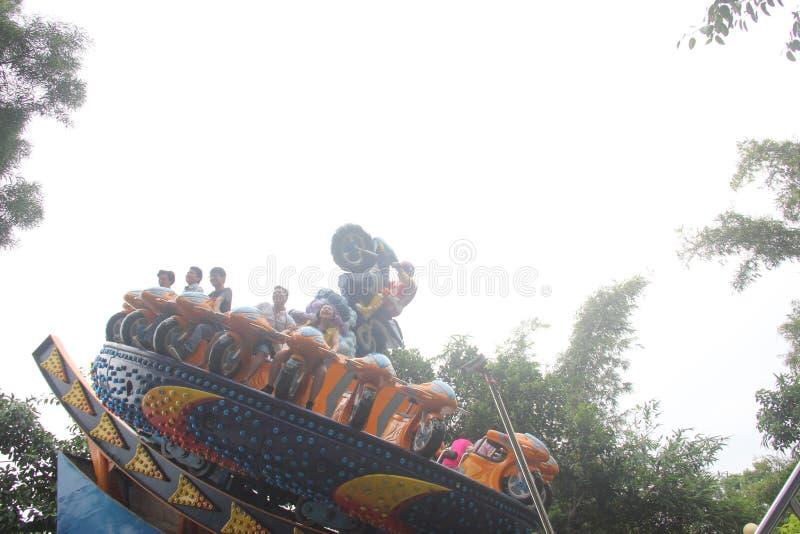 Spielen Sie den Sturm-Reiter der Touristen im Vergnügungspark im Park SHENZHENS Zhongshan lizenzfreies stockbild