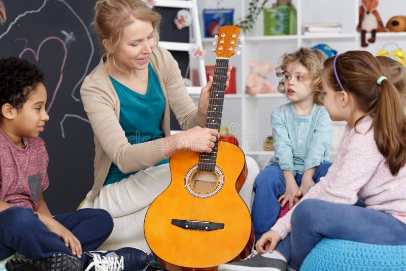 Spielen Sie die Gitarre lizenzfreie stockbilder