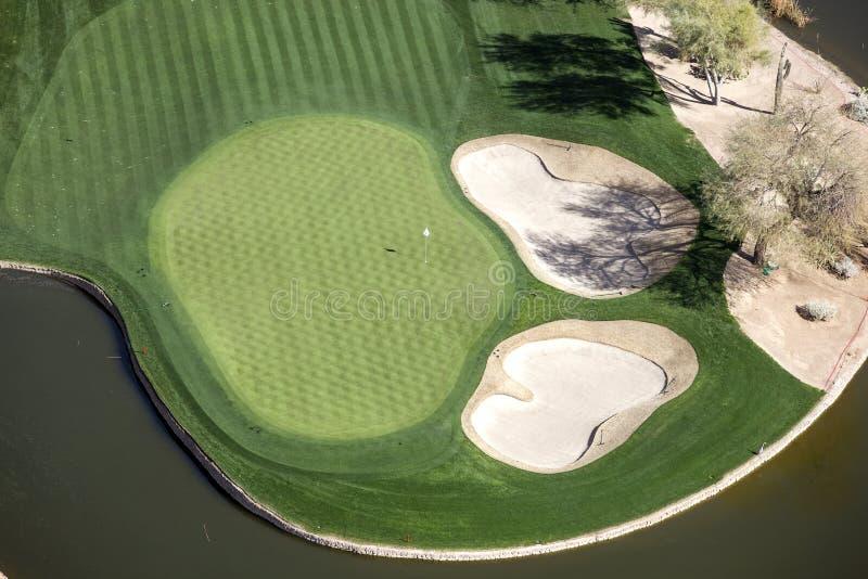 Spielen Sie Grün mit Sandfängen Golf lizenzfreies stockbild