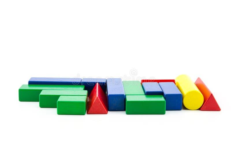 spielen Sie hochbauziegelsteine des hölzernen Blockes die Mehrfarben, dieauf weißem Hintergrund lokalisiert werden stockfotografie