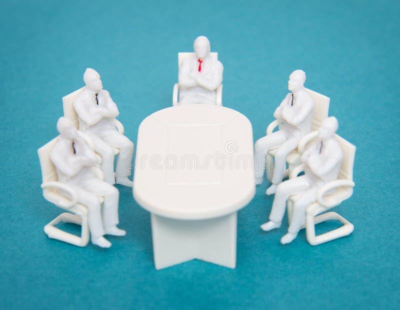 Spielen Sie Leute mit Bindungen sitzen am gleichen Tisch Ein Konzept des Treffens von Managern und von Geschäftsleuten im Büro, P lizenzfreie stockfotos