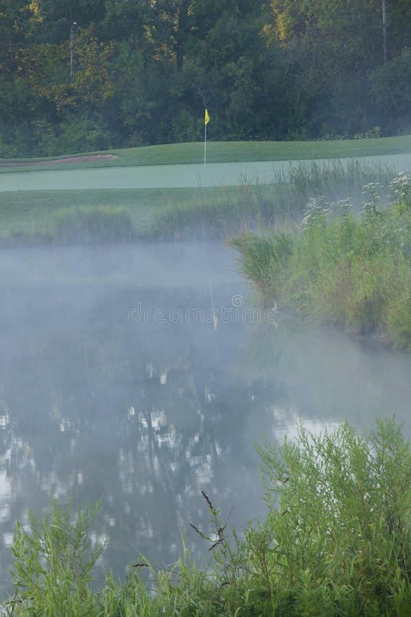 Spielen Sie Loch 2eV Golf stockfoto