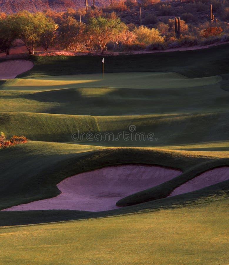 Spielen Sie Loch Golf lizenzfreie stockfotografie
