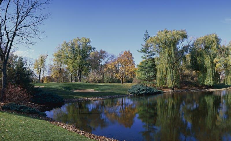 Spielen Sie Loch Golf lizenzfreie stockfotos