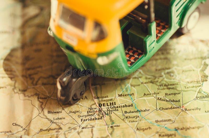 Spielen Sie Modell des Selbstrikschafahrzeugfahrens auf Indien-Karte mit vielen Städten und das Kapital in Delhi stockfotografie