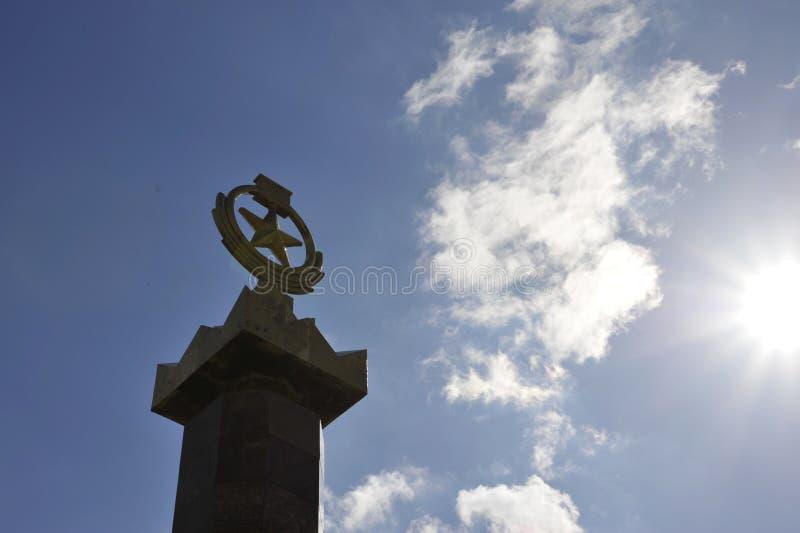 Spielen Sie Symbol des Kommunismus am Denkmal zu Ehren des Sieges im zweiten Weltkrieg die Hauptrolle stockfotos
