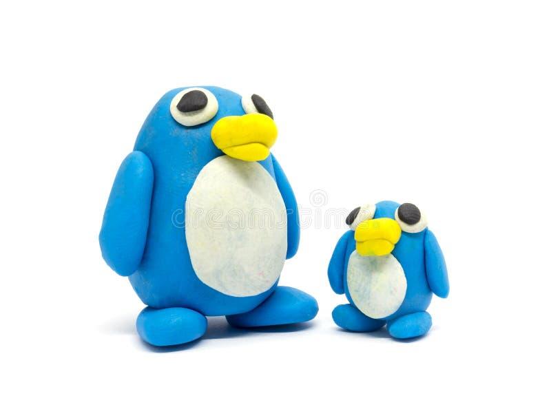Spielen Sie Teig Pinguinvater und -sohn auf weißem Hintergrund stockfotos