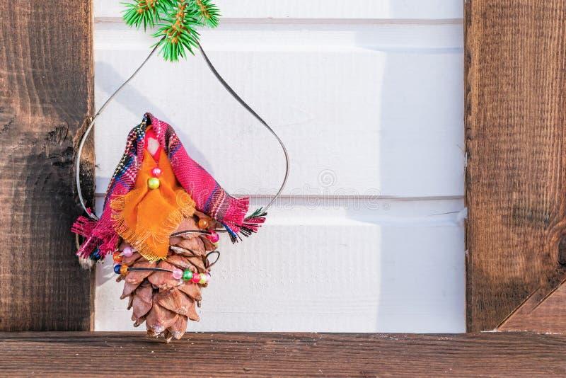 Spielen Sie von den Knospen der Zeder und des Gewebes mit einer Niederlassung der Blautanne auf hölzernem Hintergrund, Weihnachts lizenzfreie stockfotografie