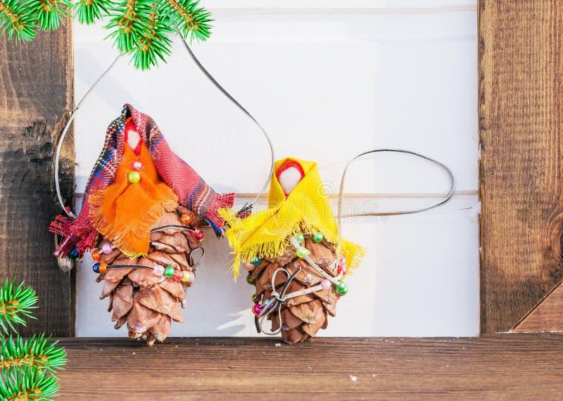 Spielen Sie von den Knospen der Zeder und des Gewebes mit einer Niederlassung der Blautanne auf hölzernem Hintergrund, Weihnachts stockbild