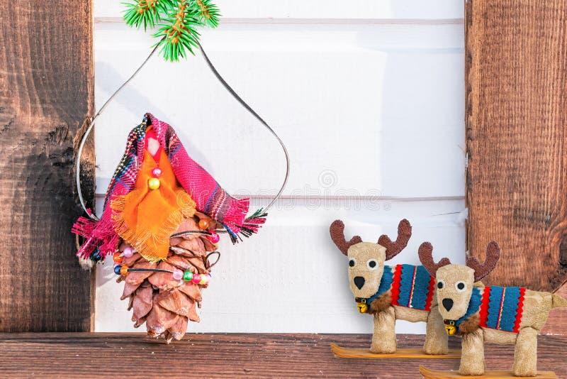 Spielen Sie von den Knospen der Zeder und des Gewebes mit einer Niederlassung der Blautanne auf hölzernem Hintergrund, Weihnachts lizenzfreie stockfotos