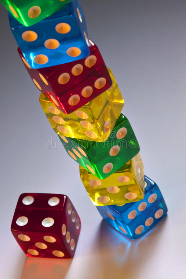 Spielen - Stapel Kasino-Würfel lizenzfreie stockbilder