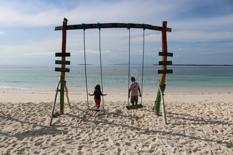 Spielen am Strand lizenzfreie stockfotos