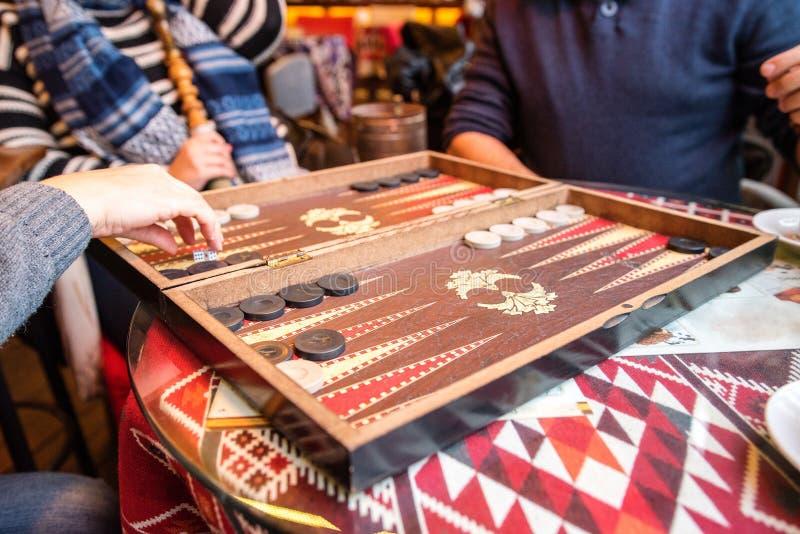 Spielen von Backgammon stockfoto