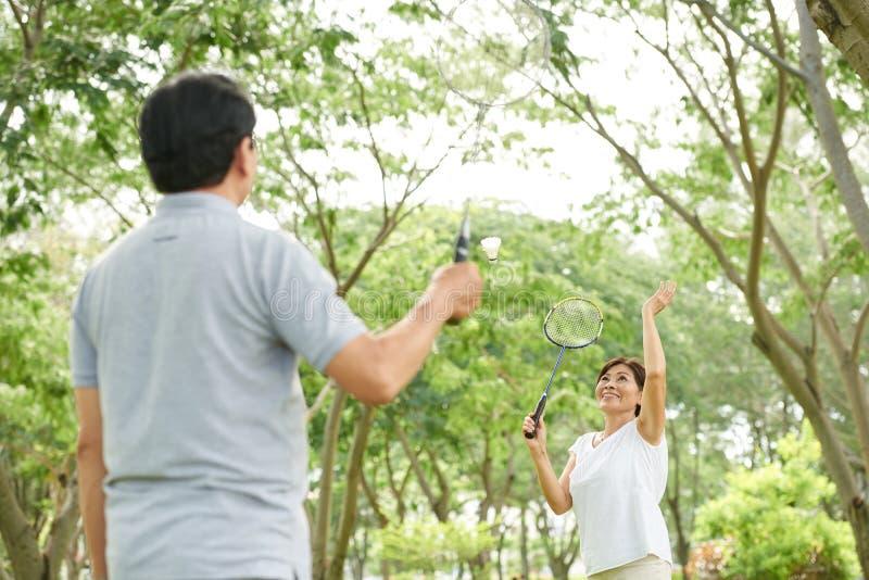 Spielen von Badminton lizenzfreies stockfoto