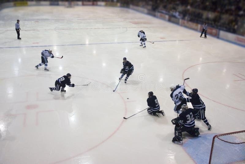 Spielen von Hockey stockfotografie