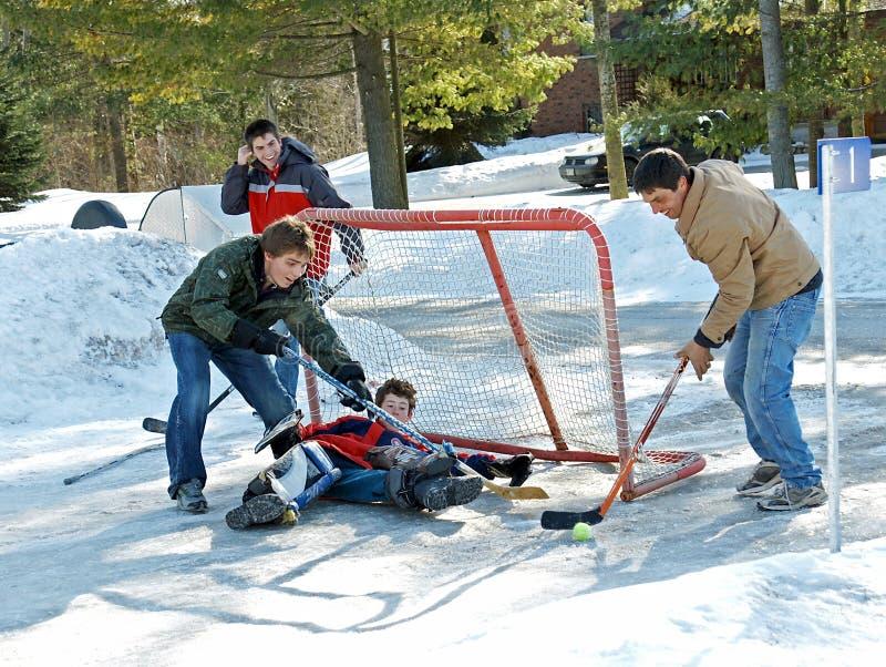 Spielen von Kugel-Hockey lizenzfreie stockfotografie