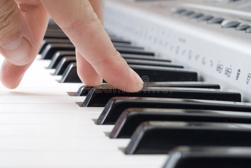 Spielen von Musik auf dem Klavier stockbild